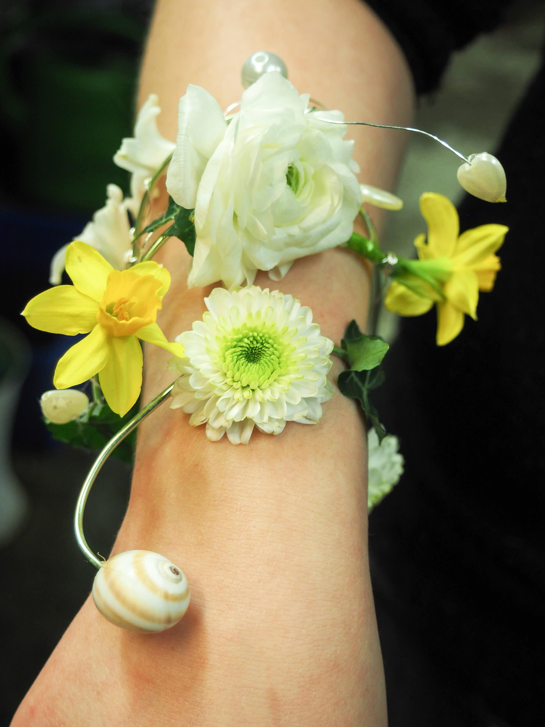 Armband mit frischen Blumen