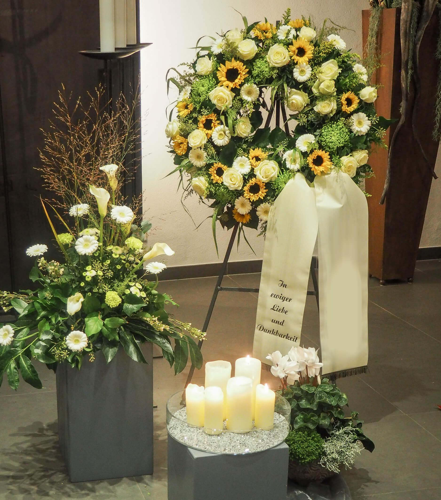 Trauerschmuck mit Sonnenblumen