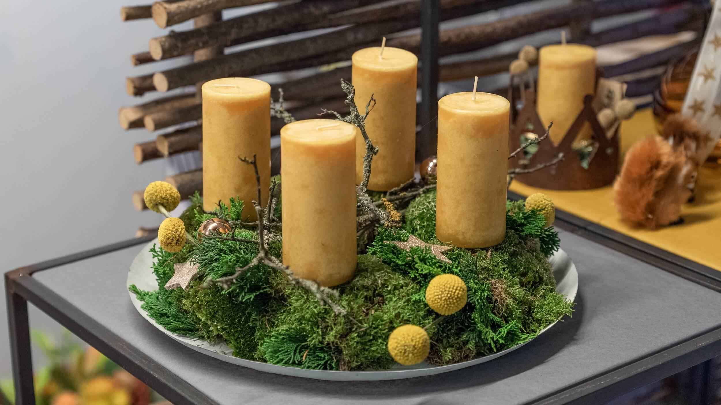 trendy Adventskranz mit senfgelben Kerzen